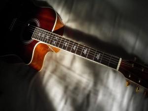 Mariposas pintadas en una guitarra