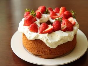 Bizcocho con nata y fresas