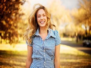 Chica sonriendo en el parque