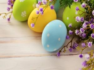 Huevos de Pascua sobre una mesa de madera