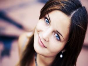 Una chica guapa con ojos azules