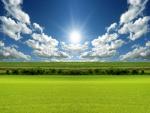 El sol iluminando los verdes campos