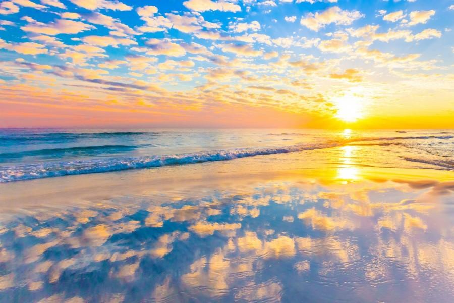 Brillante amanecer sobre el mar en calma