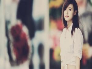 Chica con una camisa blanca