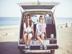 Chicas sentadas junto a una playa