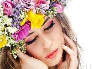 Flores primaverales en la cabeza de una chica