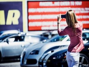Chica fotografiando unos coches