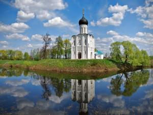 Pequeña iglesia a orillas del lago