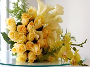 Espectacular centro de rosas, calas y orquídeas amarillas