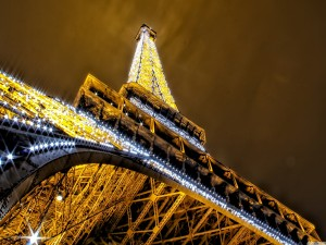 Torre Eiffel iluminada vista desde abajo