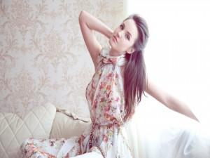 Chica con un vestido de flores