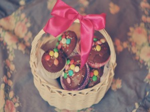 Magdalenas de chocolate en una cesta de mimbre