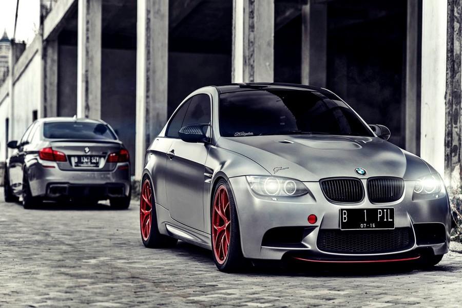 Dos BMW grises aparcados en la misma calle