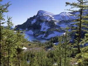 Montaña junto a un lago