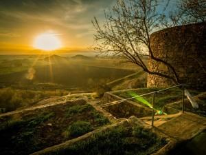 Salida del sol en unos campos en Armenia