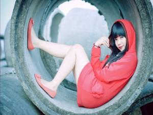 Modelo asiática vestida de rojo