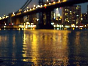 Luces de Nueva York reflejadas en el río