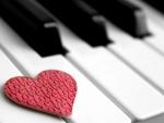 Corazón sobre las teclas de un piano