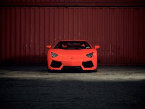 Un Lamborghini Aventador de color rojo