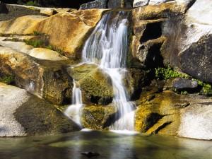 Pequeña cascada entre las rocas