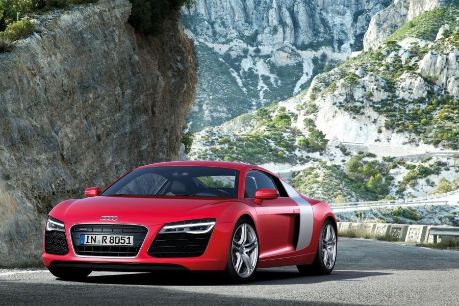 Audi R8 Coupe en una carretera de montaña