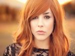 Bonita chica de pelo rojo