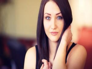 Chica de ojos azules sonriendo