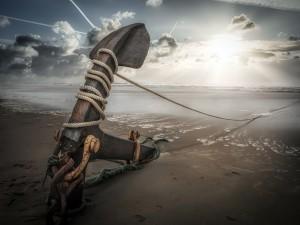 Ancla con una cuerda a orillas del mar