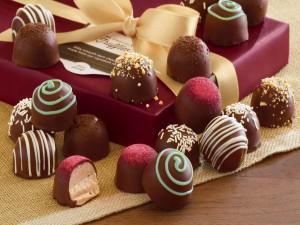Bombones de chocolate junto a una caja de regalo