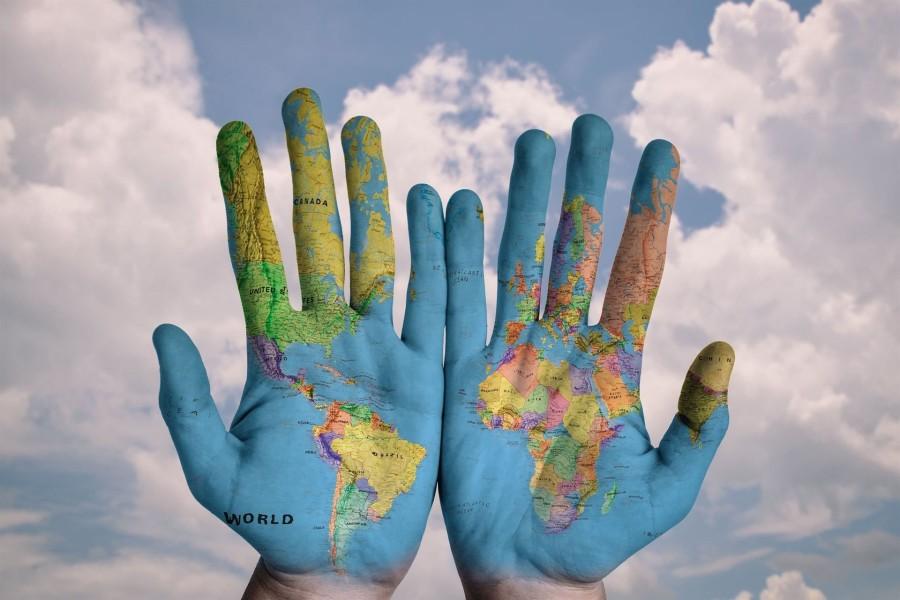 Mapa del mundo en las palmas de las manos