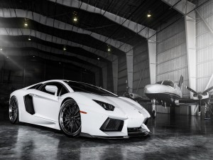 Lamborghini Aventador en un hangar