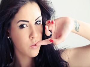Chica con un tatuaje en la muñeca