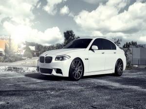 Un BMW 5 Series sobre el asfalto