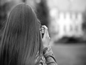 Chica sacando una fotografía