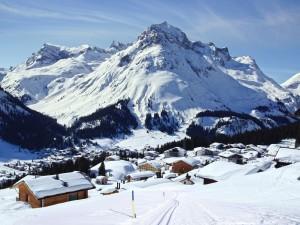 Paisaje pintoresco de invierno en Lech, Austria