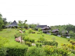 Villa y jardín en una colina