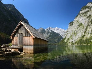 Cabaña de madera junto al lago de las montañas