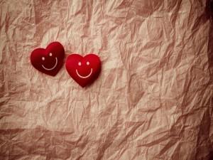 Dos corazones sobre papel arrugado