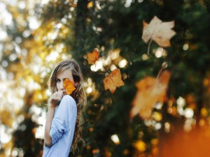 Chica disfrutando del otoño