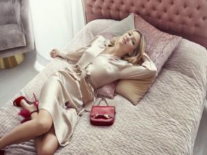 La bella actriz Kate Hudson tumbada en una cama