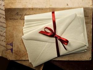 Cartas de amor con una cinta roja