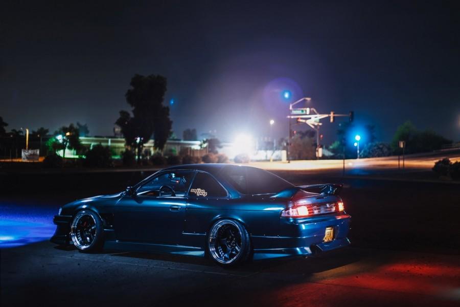 Nissan Silva S14 con las luces encendidas