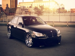 Un BMW 545 de color negro