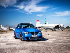 BMW M3 de color azul en un aeropuerto