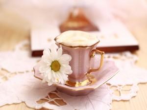 Margarita junto a una taza de café