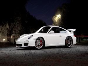 Un Porsche blanco en la noche