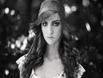 Chica guapa en blanco y negro