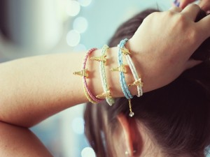 Cuatro pulseras parisinas en el brazo de una chica