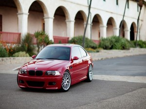 Un BMW M3 E46 de color rojo