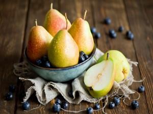 Deliciosas peras sobre una mesa de madera